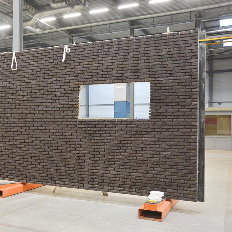 Productie prefab betonwand met baksteenstrips