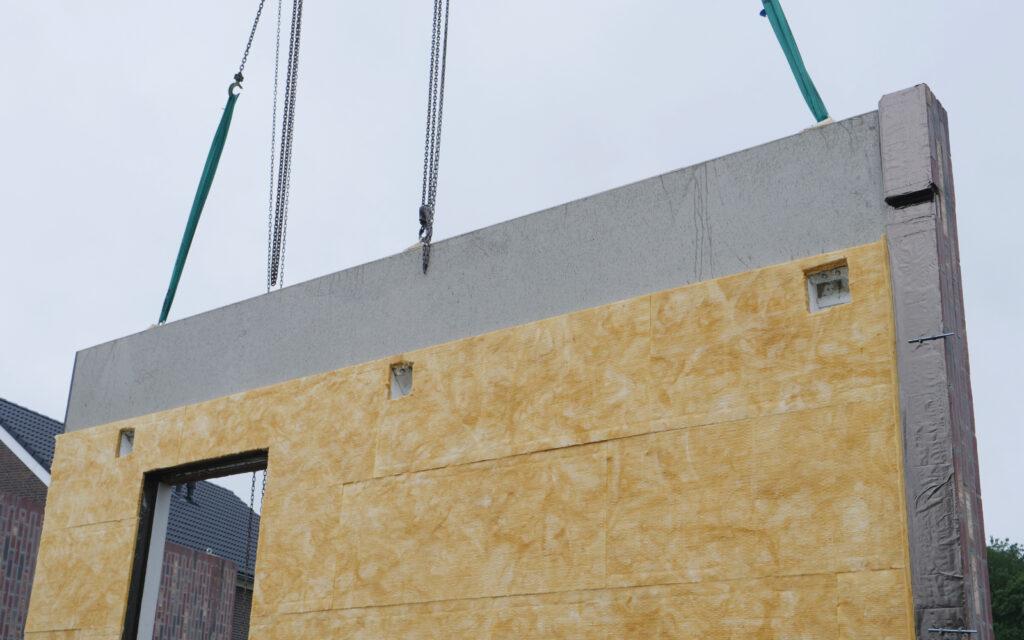 Manipulatie van prefab betonwand met isolatie